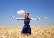 Muchacha en el campo de trigo en día de verano. Fotos de archivo libres de regalías