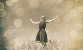 Muchacha en el campo de trigo en día de verano Fotografía de archivo