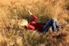 Muchacha en el campo del otoño imagenes de archivo