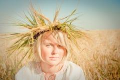Muchacha en el campo del trigo Imagen de archivo