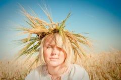 Muchacha en el campo del trigo Foto de archivo libre de regalías