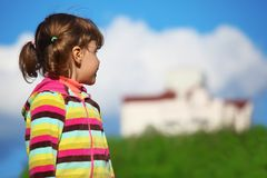 Muchacha en el campo que mira el hogar Fotografía de archivo libre de regalías