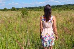 Muchacha en el campo ruso Fotos de archivo libres de regalías