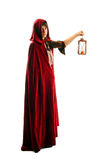 Muchacha en el capote rojo con una vela - linterna imagenes de archivo
