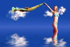 Muchacha en el cielo azul Imagenes de archivo