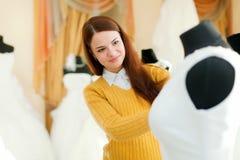 Muchacha en el departamento de la moda de la boda Imagenes de archivo