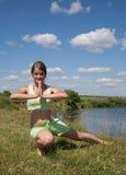 Muchacha en el ejercicio en prado Fotografía de archivo libre de regalías