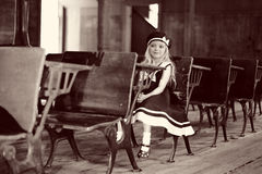 Muchacha en el escritorio antiguo de la escuela Foto de archivo libre de regalías