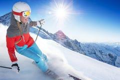 Muchacha en el esquí en el día soleado claro fotos de archivo libres de regalías
