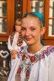 Muchacha en el festival popular en Eslovaquia Imagenes de archivo
