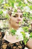Muchacha en el flor del árbol Fotos de archivo