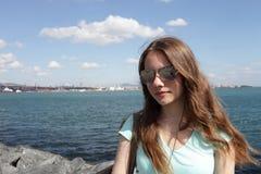 Muchacha en el fondo de Bosphorus Imagen de archivo libre de regalías