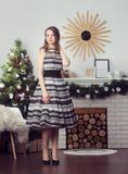 Muchacha en el fondo del árbol de navidad Fotos de archivo