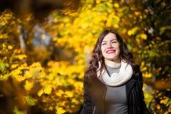 Muchacha en el fondo del paisaje del otoño Imágenes de archivo libres de regalías