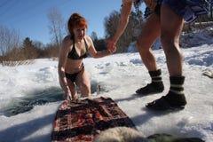 Muchacha en el hielo-agujero Imagen de archivo
