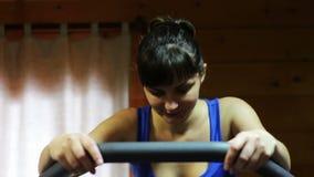 Muchacha en el instructor de la aptitud en el gimnasio almacen de metraje de vídeo