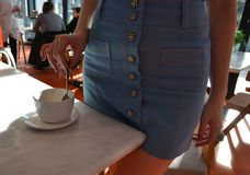 Muchacha en el interior con una taza de café blanca imagenes de archivo