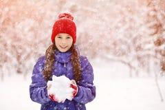 Muchacha en el invierno Adolescente al aire libre Imagenes de archivo
