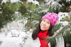 Muchacha en el invierno que nieva 2 Imagenes de archivo