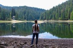 Muchacha en el lago Fotografía de archivo