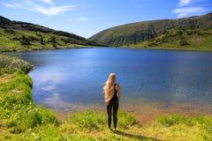 Muchacha en el lago de la montaña Fotos de archivo libres de regalías