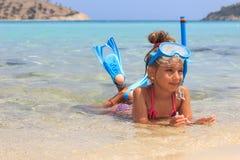 Muchacha en el mar con la máscara del salto imagen de archivo libre de regalías