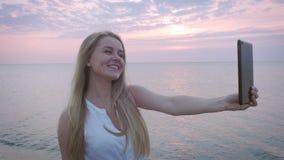 Muchacha en el mar a la placa almacen de metraje de vídeo