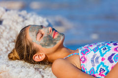 Muchacha en el mar muerto, Israel Fotos de archivo