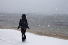 Muchacha en el Mar Negro en la nieve Imagenes de archivo