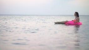 Muchacha en el mar el vacaciones almacen de metraje de vídeo