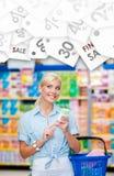 Muchacha en el mercado con los cosméticos en manos Etiqueta estacional de sale Fotos de archivo