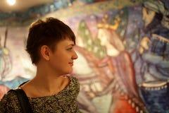 Muchacha en el museo de arte Foto de archivo libre de regalías