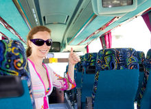 Muchacha en el omnibus turístico feliz con las gafas de sol Imagenes de archivo