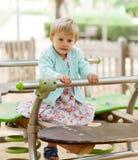 Muchacha en el oscilación en parque del verano Fotos de archivo