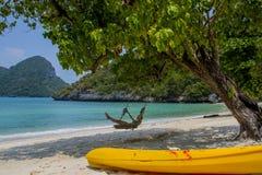 Muchacha en el oscilación en una playa Imagen de archivo libre de regalías