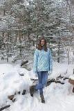Muchacha en el paisaje del invierno (2) Fotografía de archivo