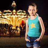Muchacha en el parque de atracciones Fotografía de archivo libre de regalías