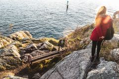Muchacha en el parque de Whytecliff cerca de la bahía de herradura en Vancouver del oeste, A.C. Foto de archivo