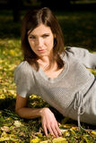 Muchacha en el parque del otoño Imagen de archivo libre de regalías