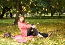 Muchacha en el parque del otoño Foto de archivo libre de regalías