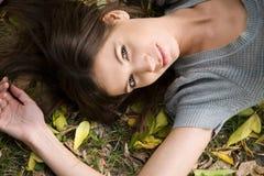 Muchacha en el parque del otoño Fotografía de archivo libre de regalías