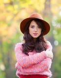 Muchacha en el parque del otoño Fotos de archivo libres de regalías
