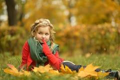 Muchacha en el parque del otoño Foto de archivo