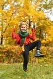 Muchacha en el parque del otoño Imagenes de archivo