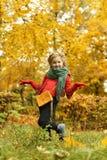 Muchacha en el parque del otoño Fotografía de archivo