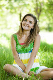Muchacha en el parque en la hierba verde. Foto de archivo libre de regalías