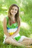 Muchacha en el parque en la hierba verde. Fotos de archivo libres de regalías