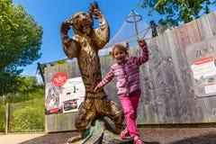Muchacha en el parque zoológico de Londres imagen de archivo
