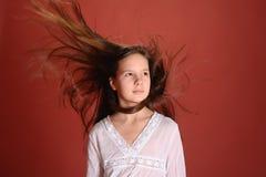 Muchacha en el pelo del vuelo del viento Foto de archivo libre de regalías