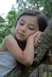 Muchacha en el pensamiento del árbol Foto de archivo libre de regalías
